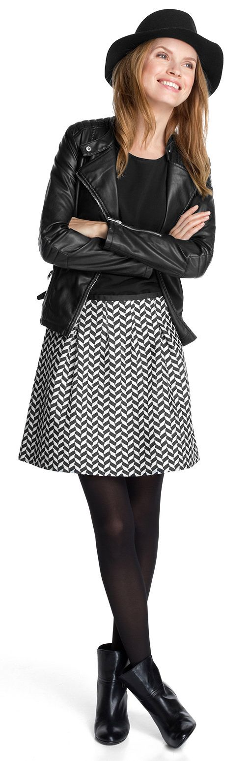 Rockiges Outfit! Der modische schwarz-weiße Rock von Esprit hat ein stylisches Muster und sieht mit Bikerjacke einfach toll aus! - ab 49,99€