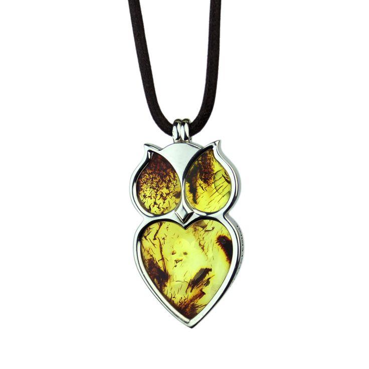Pendente Medium Amber Pendente Medium Amber in argento 925/1000 e ambra del Baltico di ca. 40 milioni di anni     Amber è un simpatico pendente a forma di gufo che racchiude un prezioso e unico gioco di luci e ombre. € 170  Visualizza e acquista il pendente sul nostro sito: http://www.foreverfemme.it/shop/animate/pendente-gufo-magico-e-misterioso/