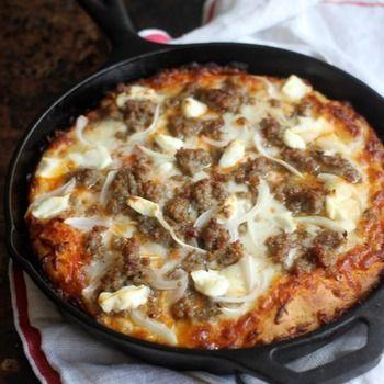 《レシピ》「フライパンピザ」がホームパーティーにおすすめ!たっぷり具材をのせてね♪ 子どもから大人まで大人気のピザ。おうちで手づくりの焼きたてピザが食べられたらうれしい。でも、時間がかかるしオーブンの準備がちょっと大変。そんな手づくりピザが、フライパンひとつで焼けるのを知っていますか?発酵させたもっちり生地のピザはもちろん、ベーキングパウダーを使った発酵なしの生地のお手軽ピザまで、フライパンひとつで簡単に作れちゃうんです。好きな具材を乗せて、いろいろな味が楽しめる手づくりピザ。今回は、フライパンひとつで作れるフライパンピザのご紹介です。  フタをして10分程焼いたらフライパンピザの完成です!