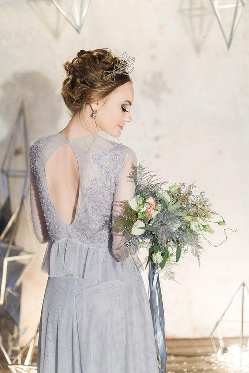 Необыкновенная геометрическая корона, ледяное геометрическое кольцо, природные друзы, букет невесты,свадебное платье дымчато-серого цвета, блуза расшита хрусталем, хрупкая красота белый лофт с высокими потолками, красота ансамбля кристаллических сфер и геометрических люстр,геометрические формы, стеклянные колбы, переливы скатерти из пайеток, состаренные подтарельники и природные кристаллы под крышечками.