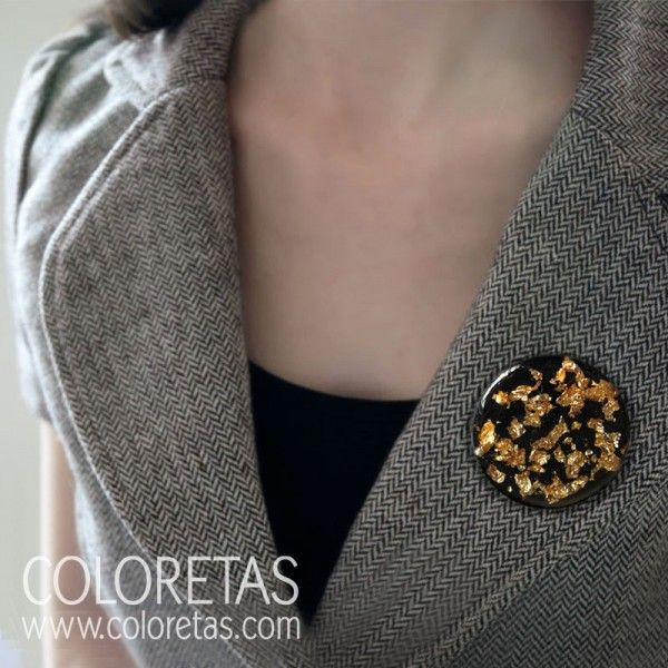 Golden Flakes Black brooch with brass closing - Broche chispas negro con enganche de latón