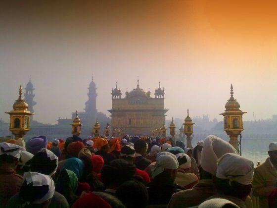Peregrinos en el templo dorado de Harmandir Sahib, en la ciudad india de Amritsar.