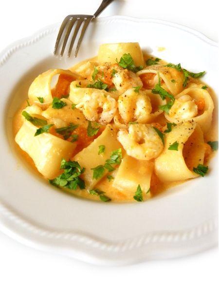 La pasta con zucca e gamberetti è una ricetta deliziosa di un primo piatto davvero gustoso che si prepara con aiuto del Bimby. Per occasioni particolari.