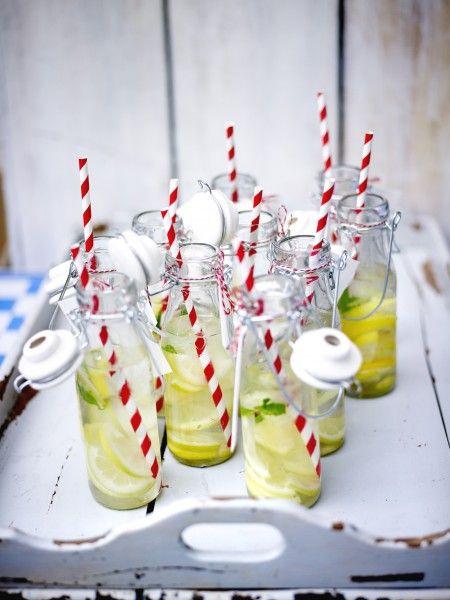 CITRONNADE GIVREE  Ingrédients      2 l d'eau 16 glaçons 16 ml de sirop d'agave       2 citrons bio ou non traités 1/4 de bouquet de menthe poivrée