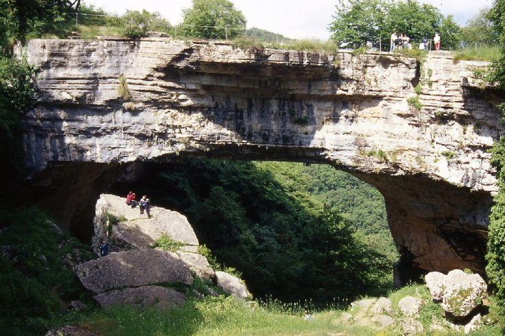 """Luogo imperdibile  il Ponte della Veja, Ci si trova di fronte a un massiccio ponte di roccia da mozzafiato, dello spessore di circa 9 metri e lungo 50, sotto il quale scorre un ruscello. Esso costituisce l'architrave d'ingresso di una volta di caverna parzialmente crollata e rappresenta un monumento naturalistico pressoché unico. Il luogo è anche famoso per il """"Castagno di Dante"""", attribuito all'epoca del poeta fiorentino che passò per quei luoghi e li paragonò a Bolgie Infernali"""