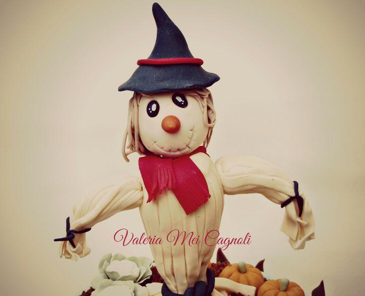 Dolcissimo spaventapasseri in pasta di zucchero realizzato dalla cake designer Valeria Mei Cagnoli. Very sweet scare crow, by cake designer Valeria Mei Cagnoli