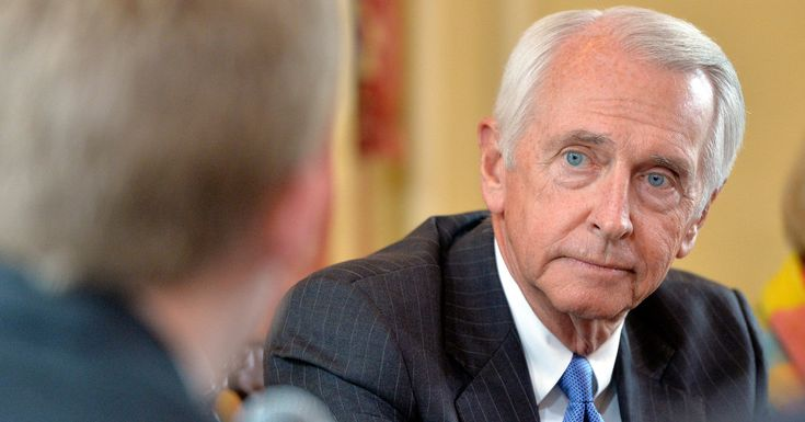 Gov. Steve Beshear issued an executive order that will immediately grant the right to vote to about 140,000 nonviolent felons who have completed their sentences, lifting a lifetime ban.