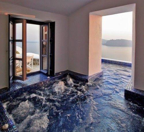 Un bain à remous qui découle de l'intérieur vers l'extérieur