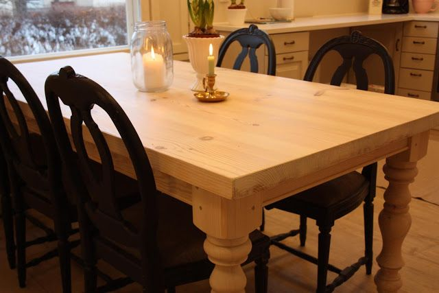 Paksukantinen ruokapöytä on kevyesti kuullotettu vaalealla vahalla.