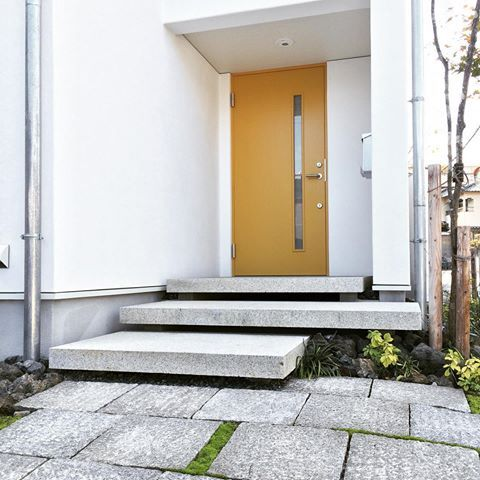 広島市安佐南区K邸、漆喰壁にマスタードイエローのドアがアクセントになり、ポーチに繁殖したコケたちとも相性よしです。  @aitohus @aitoliv #北欧デザイン #北欧住宅#注文住宅 #新築計画  #高断熱高気密 #漆喰 #自然素材 #マイホーム#木窓 #myhome  #木製サッシ #マイホーム計画  #スカンジナビアン #広島注文住宅  #塗り壁  #こころ住宅展示場  #広島新築#住宅会社 #高断熱高気密玄関ドア #暖かい家 #見学会 #マスタードカラー #黄色い玄関ドア #広島の注文住宅