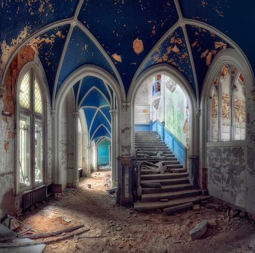 ominousplaces:    Abandoned castle, by kleiner uRbEx hobbit.