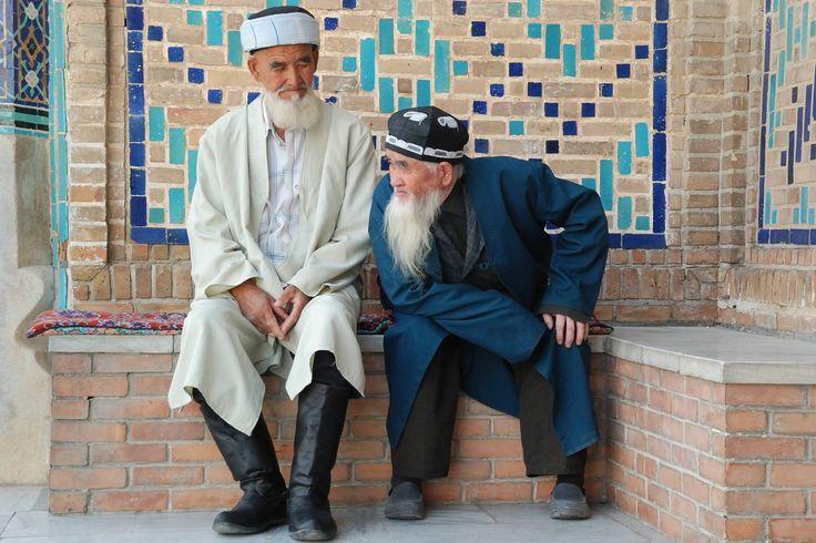 Deux aksakals (barbes blanches) à l'entrée de la nécropole de Chah-e-Zindeh, Samarkand Photo par Bernard Grua #Uzbekistan #Orientalism https://www.flickr.com/photos/bernardgrua/6052458927/