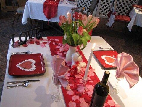 ¿Qué tal una mesa decorada con pétalos de rosa y peluches con mensajes de Amor y Amistad?