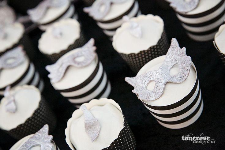Fifty shades of grey cupcakes // masks // marzipan