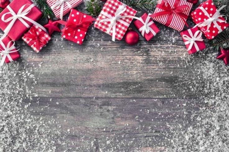 Fondo navideño con decoraciones y cajas de regalos sobre tabla de madera