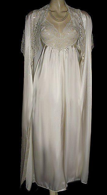 VINTAGE RARE STYLE OLGA GOLD LABEL IVORY CHARMEUSE SATIN & LACE SPANDEX BRIDAL TROUSSEAU PEIGNOIR & NIGHTGOWN SET IN WEDDING BELLS