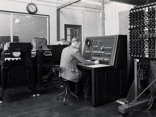 El test de Turing, casi superado / 2+2=5 Blog Biblioteca Facultad Matemáticas UCM [http://www.ucm.es/BUCM/blogs/InfoMat/] | [...] propuesta por Alan Turing para demostrar la existencia de inteligencia en una máquina, fue expuesta en 1950 en un artículo (Computing machinery and intelligence) para la revista Mind, y sigue siendo uno de los mejores métodos para los defensores de la Inteligencia Artificial. Se fundamenta en la hipótesis positivista de que, si una máquina [...] | #AlanTuringYear