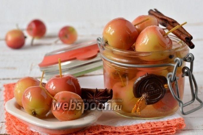 Консервированные яблоки  Райские яблоки в основном используют для приготовления вкусного варенья. А я предлагаю приготовить из райских яблок отличное дополнение к мясным блюдам. Маринованные райские яблоки получаются очень вкусными и красивыми. Они украсят собой любой праздничный стол и отлично будут смотреться на тарелке с мясной нарезкой.