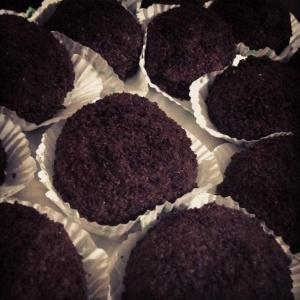yumurta,şeker,un,yağ,kabartma tozuve kakaoyu çırpıp kek hamurunu hazırlayın,