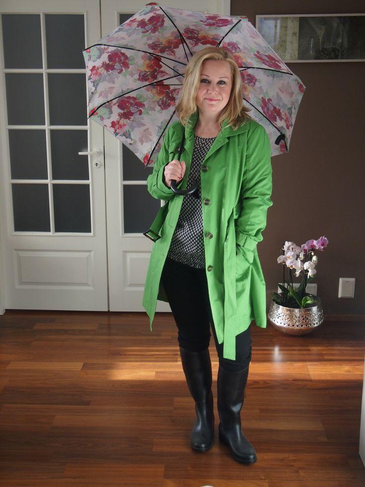 Uskalletaan iloitella väreillä – Satu näyttää mallia! :) http://toimittajapukeutuuprismaan.fi/2014/03/18/ainoa-oikea-trenssin-vari/