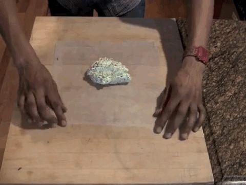 Veja Como: Coloque o blob Misturado de manteiga de SUA taça nenhum centro de UMA Folha de Papel manteiga UO Papel de cera, EM segu