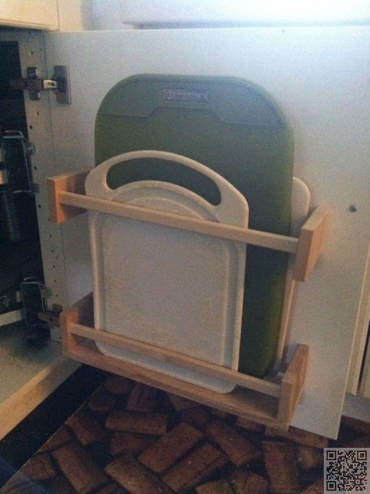 ikea-hack bergplek snijplanken aan de binnenkant van een keukenkastje
