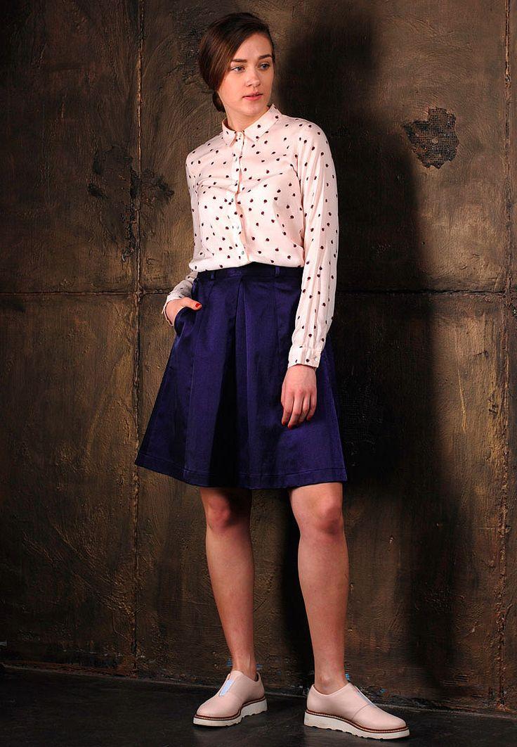 Металлизированная юбка А-силуэта станет основой для создания множества трендовых луков.Спереди юбка украшенавстречными складками по центру, асзади двумя. Высокая линия талии выполнена в виде пояса со шлевками для ремня.По бокам карманы с отрезным бочком. Застежка в юбке расположена сзади: на скрытую молнию в цвет изделия, а также 1 пуговицу на поясе.Юбка пошита из качественного плотного металлизированного …