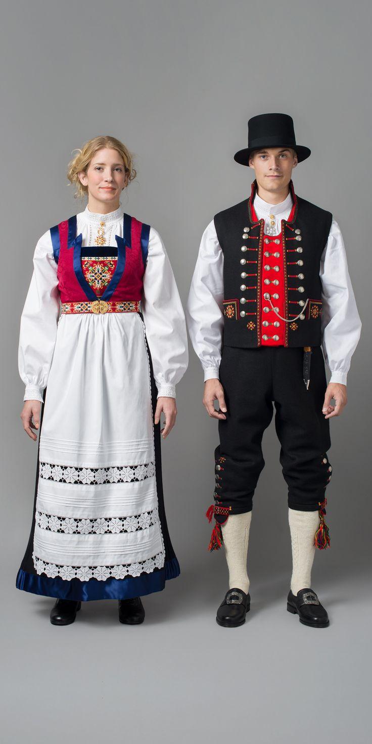 FANA KVINNE- OG MANNSBUNAD Fanabunaden har som festdrakt for kvinner aldri vært helt ute av bruk i distriktet. Den har trekk fra flere perioder, for det meste fra 1800-tallet, men også fra dette århundret.