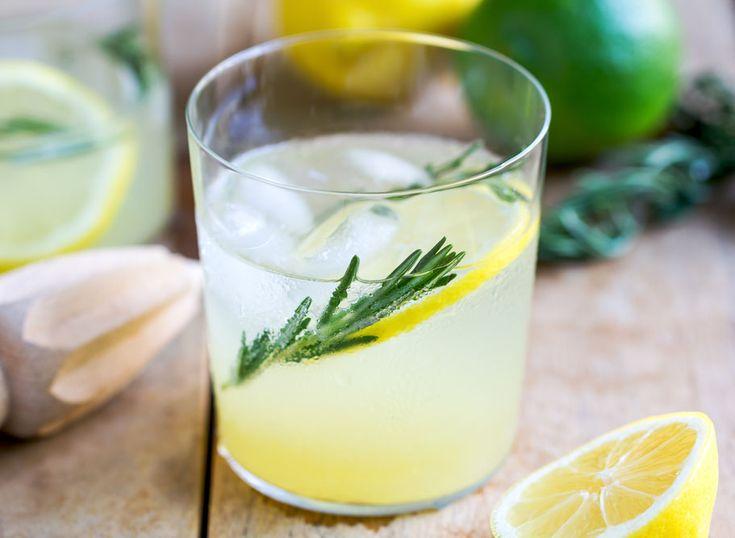 SOUND: http://www.ruspeach.com/en/news/10512/     Для приготовления 5 порций лимонада с розмарином вам нужен свежий сок из 6 лаймов, 3 столовые ложки сахара, кожура двух лаймов две веточки свежего розмарина, 2 литра минеральной воды. Смешайте все ингредиенты и оставьте лимонад в холодил