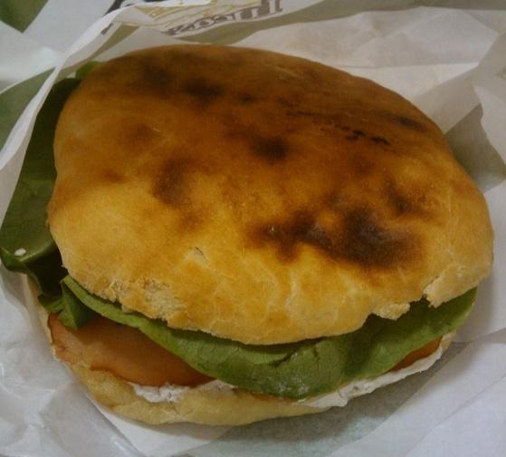 Sandwich cu pasta de brânză cu mărar alături de muşchi ţigănesc