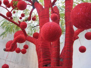 Árbol vestido: Red, Christmas Branches, Cities, Yarns Ball, Street Art, The Queen, Yarns Bombs, Christmas Trees, Knits