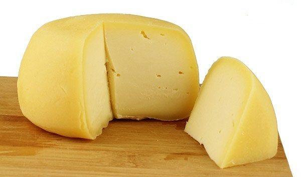ARZÚA-ULLOA. Tradicional queso gallego, elaborado exclusivamente de leche de vaca, de las razas frisona, pardo-alpina y rubia gallega. Se elaboran en más de una veintena de poblaciones en el centro de Galicia, repartidas entre La Coruña, Lugo y Pontevedra. Con una maduración mínima de 4 meses. http://www.porprincipio.com/comprar-queso/67-arzua-ulloa.html
