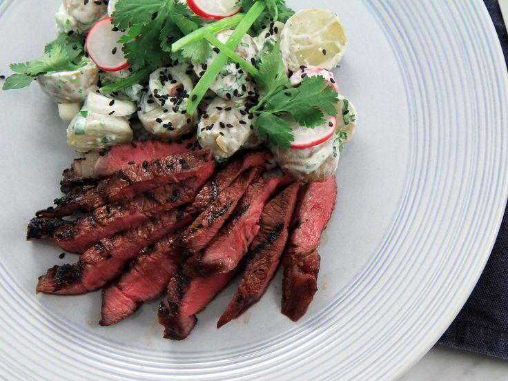 Sesammarinerad luffarbiff med asiatisk potatissallad | Recept från Köket.se