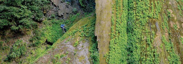 """Peña de la Gloria: Ascenso al corazón de la cascada. Un grupo de espeleólogos liderados por Carlos Lazcano, viajó a la Sierra Gorda de Querétaro para explorar esta increíble formación (cascada con cueva) y llegar hasta donde, al menos eso se creía, nadie había estado jamás""""."""