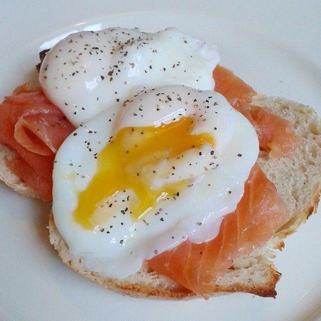 """Popped my yolk just for you guys haha! ;) wonderful eggs florentine at my favourite breakfast café- minus the hollandaise! #eggs #poachedegg #yolk…"""