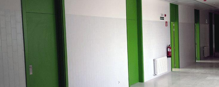 Descripción del proyecto de puertas técnicas de madera, revestimientos de madera y mobiliario fenólico realizado en el Colegio Irabia-Izaga de Pamplona