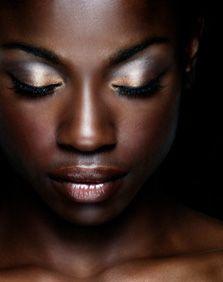 increíble maquillaje sobre piel negra.