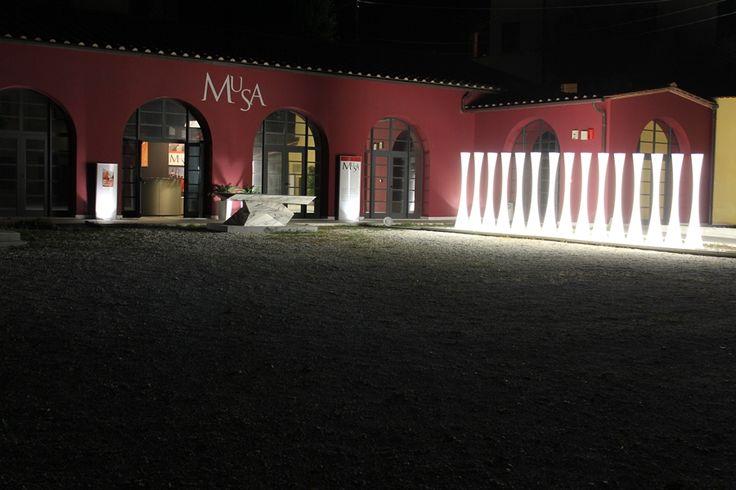 """RUMORE BIANCO - ASTRAZIONE di Emiliana Martinelli martinelli luce """"Utilizzando una sequenza di luci e suoni sordi e rilassanti ho voluto interpretare il Rumore Bianco. Grazie a questi stimoli la mente dell'uomo si libera dal quotidiano, si estrae, entrando in una dimensione dove gli oggetti materiali ed i problemi cessano di esistere; rimane solo il vagabondare del sogno"""" L'installazione accompagna la mostra di GIORGIO BROGI http://www.musapietrasanta.it/content.php?menu=eventi&nid=69"""