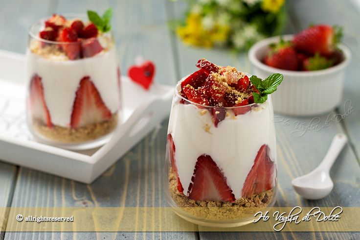 Bicchierini di crema al latte e fragole, un leggero dolce al cucchiaio con frutta, senza uova e senza cottura. Una ricetta perfetta come dolce di fine pasto
