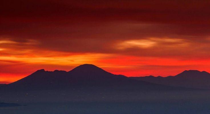 Ischia, l'alba è rosso fuoco: che spettacolo