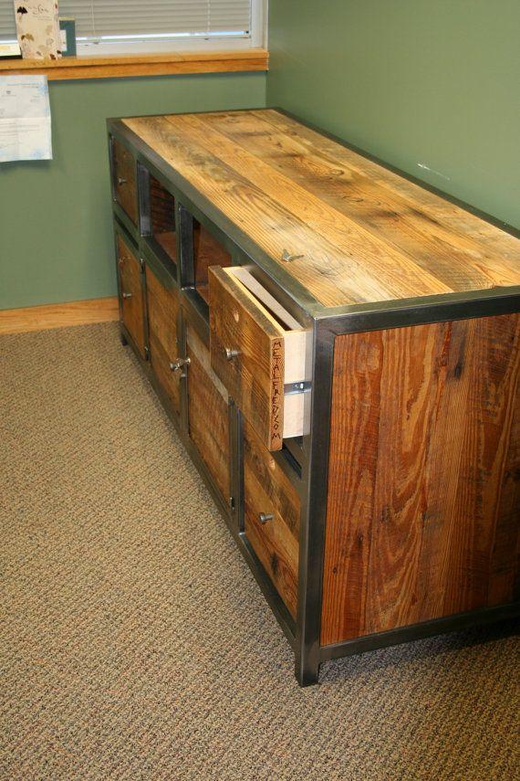 Bahut construit comme spec d ci-dessous. Bureau construit en forme de « L » à 72 x 30 avec un côté retour de 48 x 24. Nous allons ajouter deux tiroirs sur les extrémités plus éloignées de la forme de « L ». Cette pièce a été construite avec un bureau de correspondant pour le bureau. Comme indiqué, la pièce a été construite avec grange recyclée bois et acier. Le stockage supérieur a 2 étagères ouvertes et deux tiroirs environ 9 pouces de profondeur. La partie inférieure comporte un tiroir de…