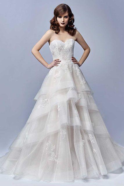 Door de verschillende lagen in de rok krijgt deze jurk een speelse uitstraling. #Enzoani