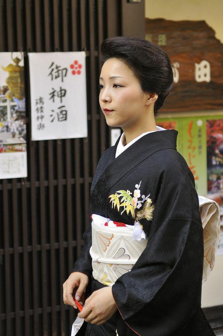Geiko Satonosuke-san is my favorite Jikata Geiko ever. She has a soothing voice and is a real looker!