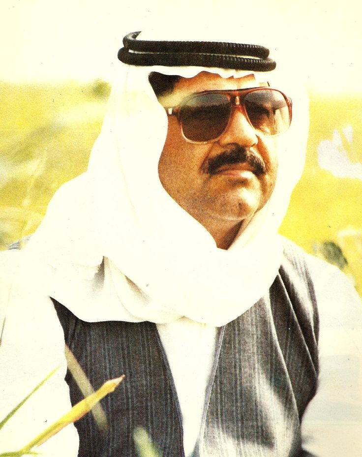 Arab dress was a favorite | Saddam Hussein with his people ...