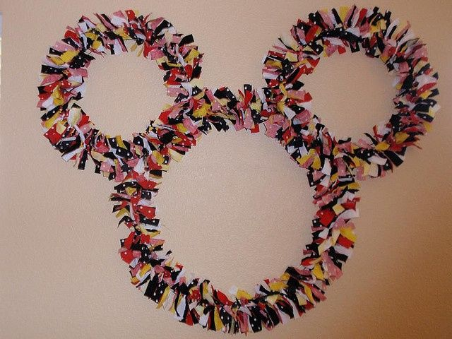 Mickey Mouse Wreath by It's Sew Stinkin' Cute, via Flickr disney crafts for adults #disney