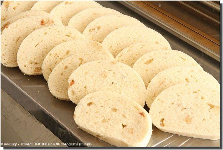 Recette tchèque des Knedliky. Ce sont des quenelles de pain ou de pommes de terre que l'on retrouve dans la plupart des plats tchèques comme accompagnement.