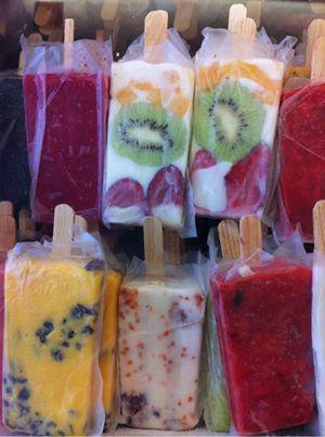 5 potes de iogurte natural frutas ligeiramente cortadas  adoçante ( ou mel ou demerara) palitos para picolés Bater o iogurte com o adoçante escolhido, dispor as frutas nas forminhas de picolés (se não tiver forminha podem ser colocados em copos plásticos descatáveis ou saquinhos) e colocar o iogurte já batido. levar ao congelador por +/- 12 horas.... OBS: se preferir o picolé um pouco mais cremoso pode-se adicionar creme de leite ao iogurte ao bater!