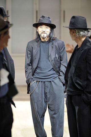 // yohji yamamoto -  japansk tøjdesigner der meget raffineret mikser japansk tradition med europæisk tøjstil + skulptur. Stor sans for materialer og detaljer og skøn enkelhed! I love <3