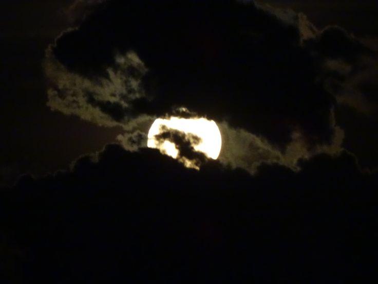 Lleva siempre un frasquito del aire de la luna  para cuando te ahogues  JAIME SABINES