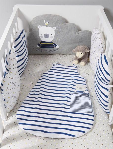 Zum Träumen und Wohlfühlen: Diese entzückende Bettumrandung aus Baumwolle schützt Ihr Baby vor Zugluft und verwandelt das Babybett in einen kuscheligen Lieblingsplatz. Das Nestchen verzaubert zudem mit seinem maritimen Farben und Designs in Wolkenform. Die Kissen lassen sich in beliebiger Reihenfolge verbinden. Entdecken Sie auch den dazu passenden Schlafsack! Produktdetails:Bettumrandung: Sweatware, reine Baumwolle. Oeko-Tex Standard 100, Zertifikat CQ 1109/1, IFTH Allover bedruckt. In ...